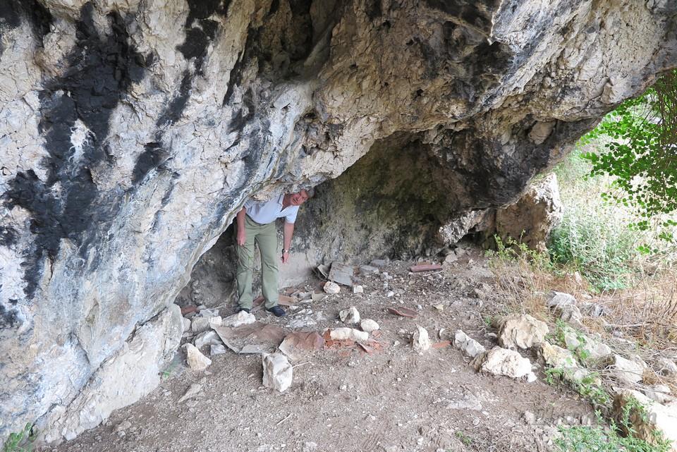 Пещерка под скалой