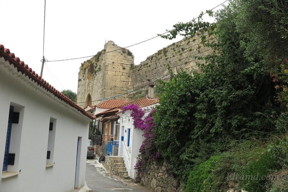 Открывается вид на крепость Корони