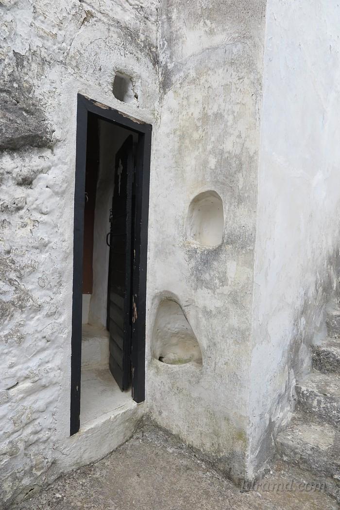 Вход в келью иеромонаха и ниши в стене