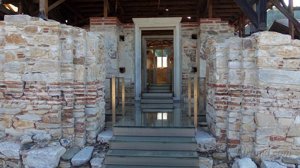 Вход в главный храм монастыря Зигу