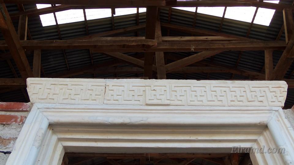 Восстановлено мраморное обрамление входа