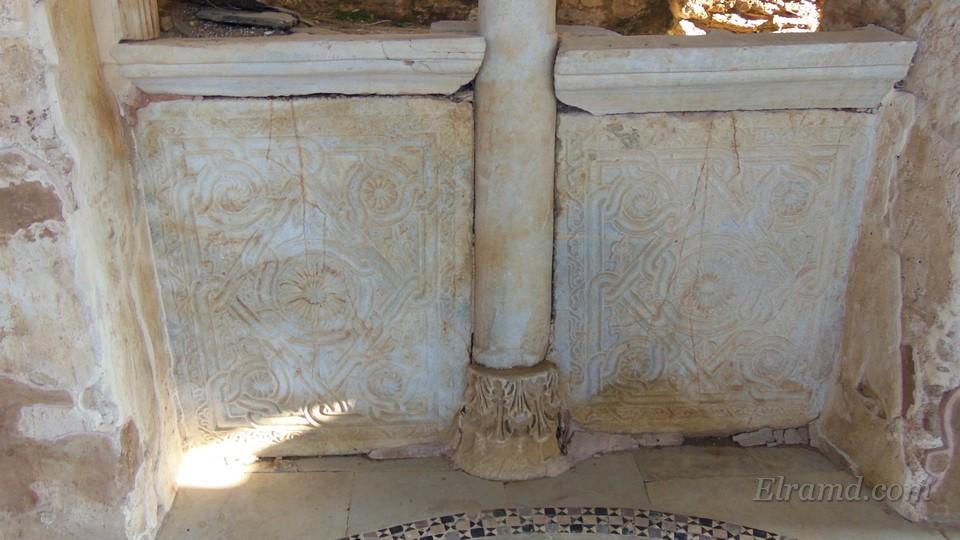 Мраморные плиты под окнами