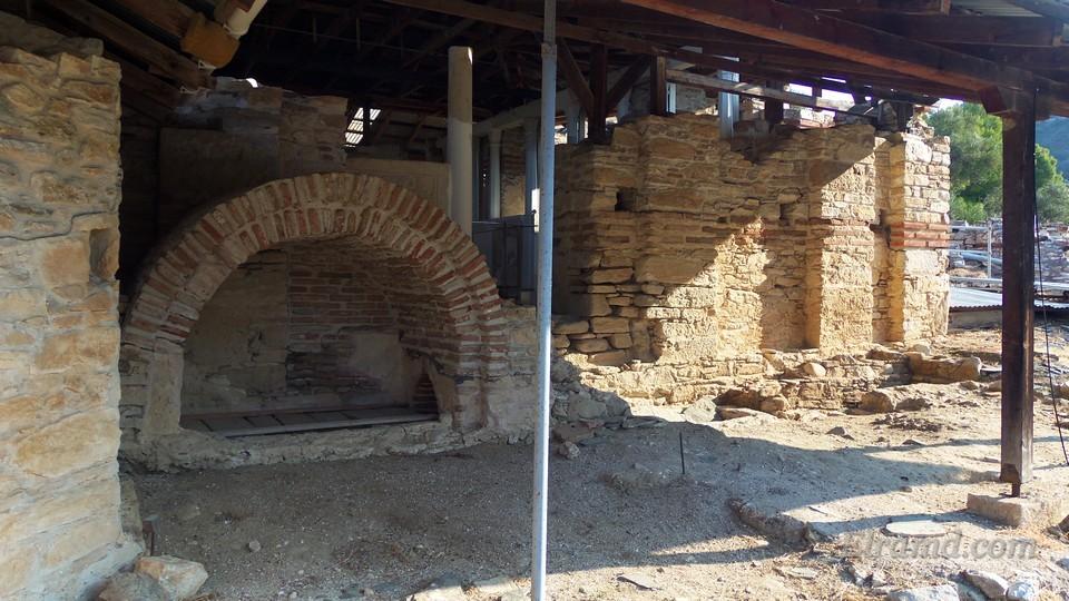 Южная стена храма и могилы
