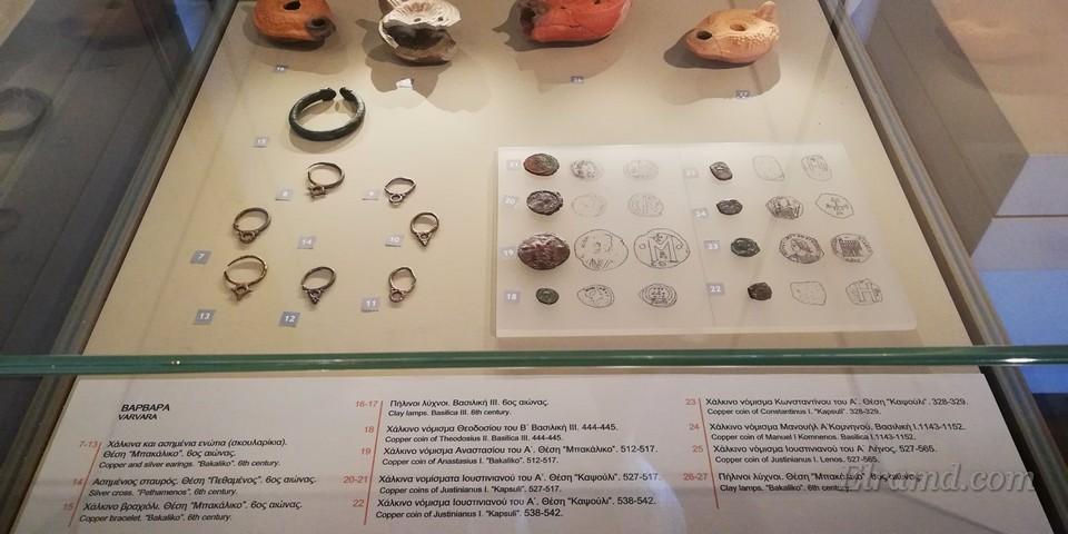 Серебряные украшения, медные монеты и глиняные светильники