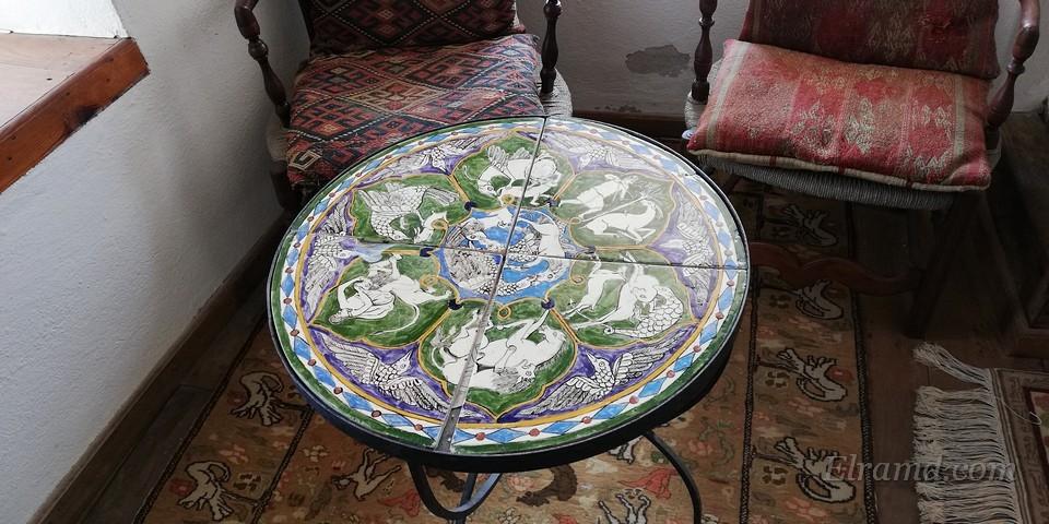 Оригинальный наборный столик в гостиной