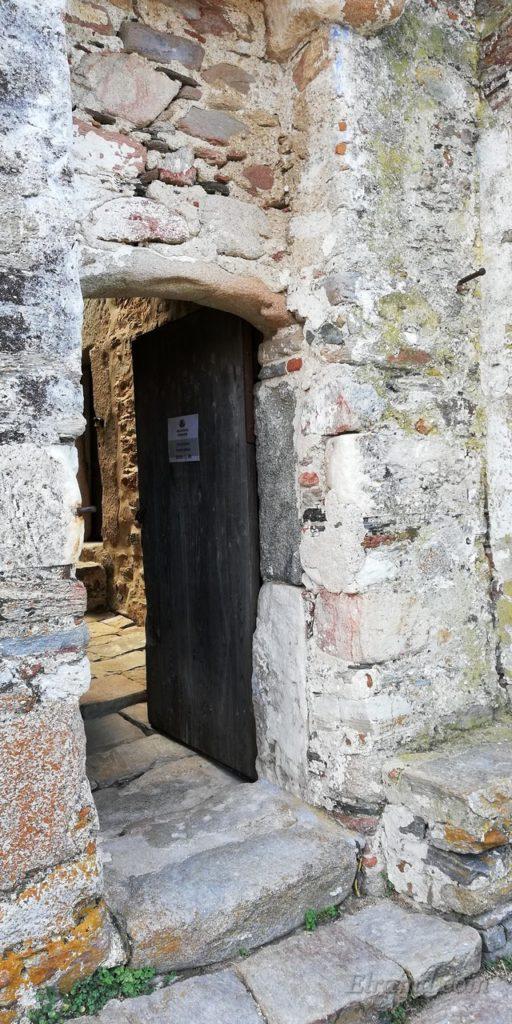 Входная дверь во дворик музея