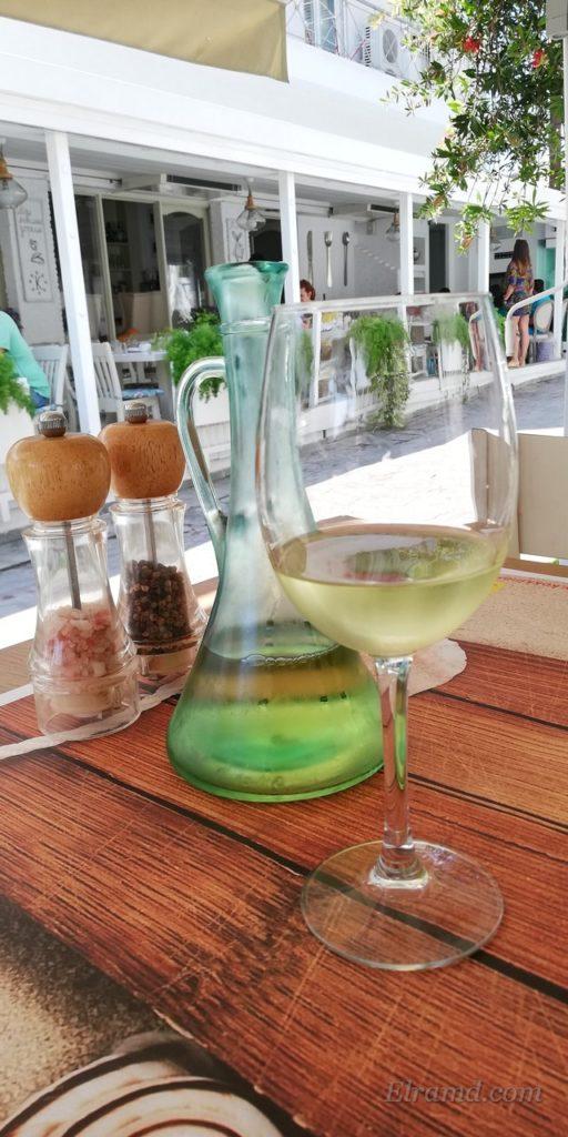 Вино в красивом кувшине