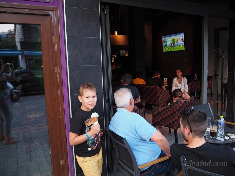 В кафе смотрят футбол