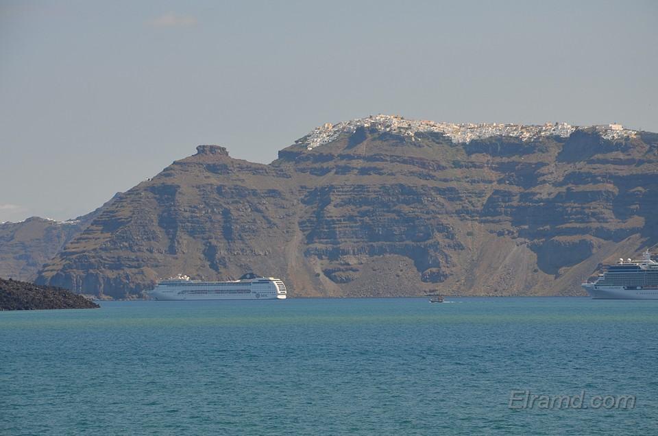 Круизный лайнер у Санторини
