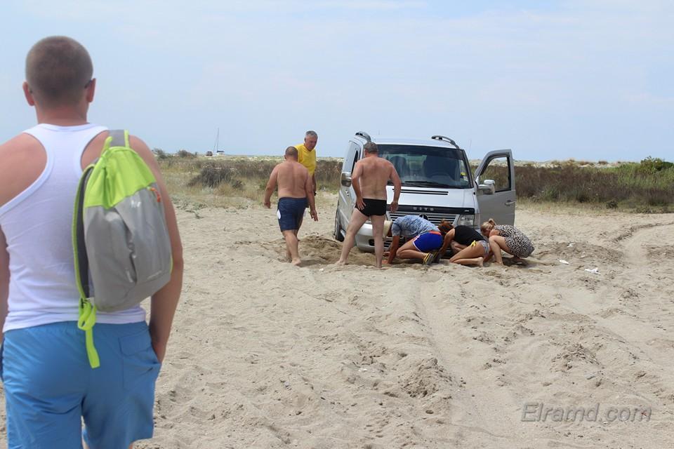 Машина завязла в песке на мысе Поссиди
