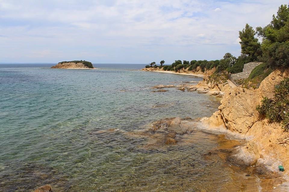 Скалы рядом с пляжем Агиос Иоаннис
