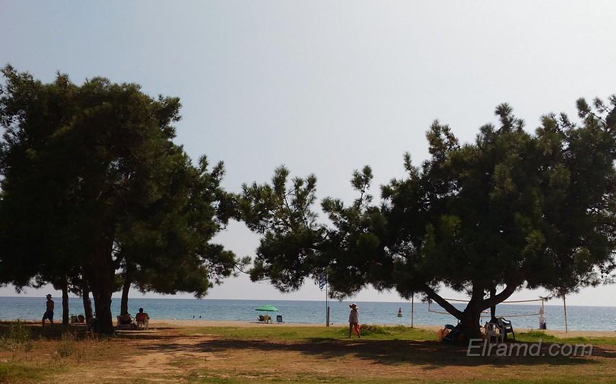 Начало пляжа Паралии Дионисиу
