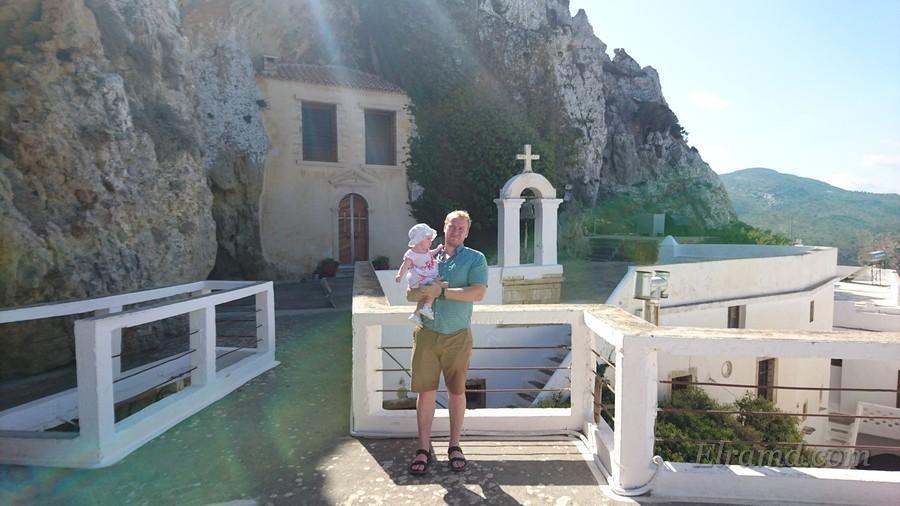 Пещерный храм в скале