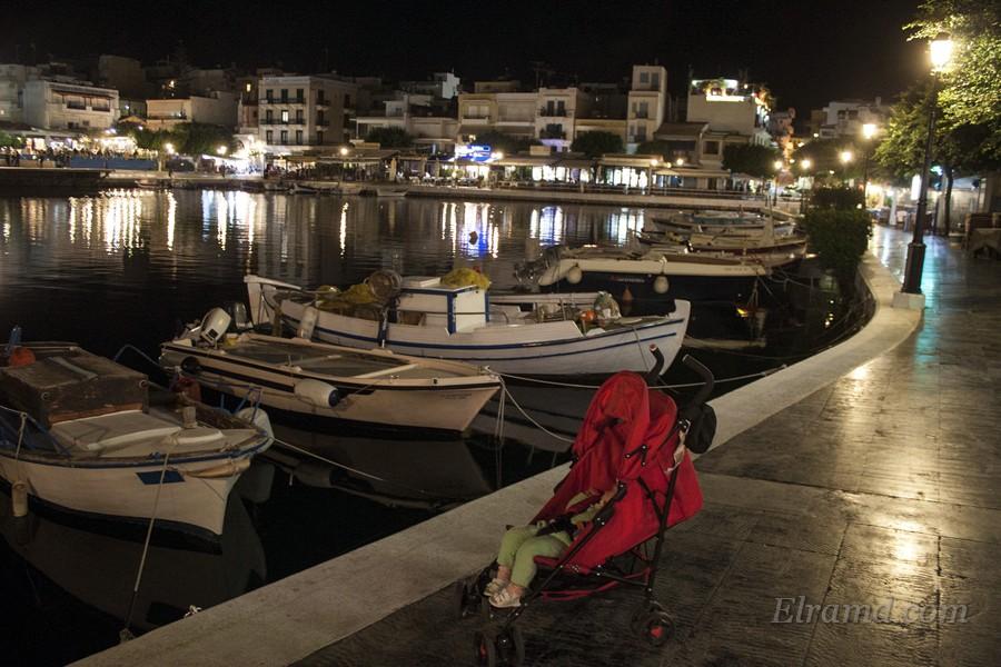 Кораблики у набережной озера