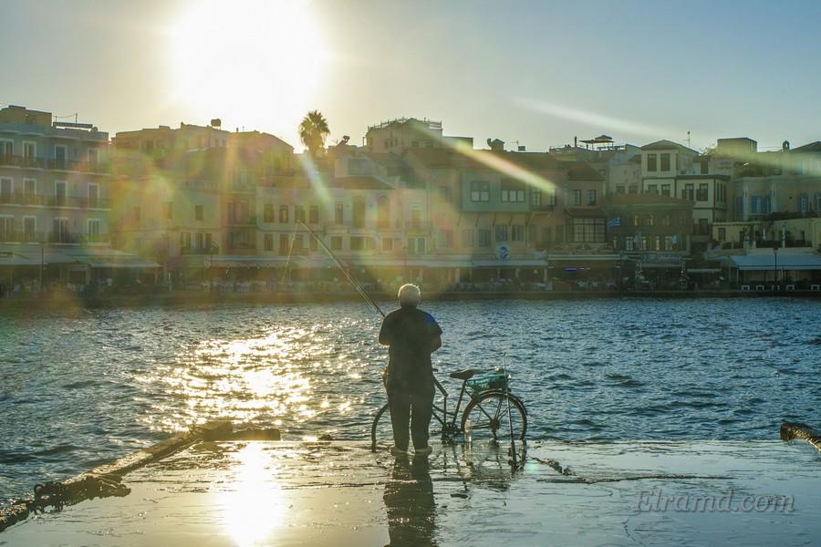 На набережной греческие дедушки ловят рыбу