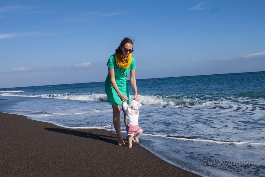 На черном пляже Санторини