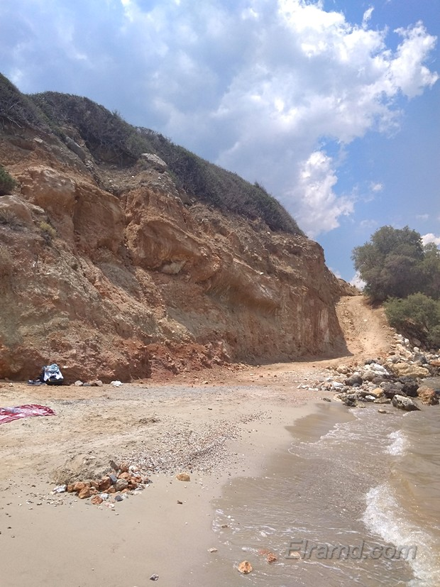Красные скалы у пляжа