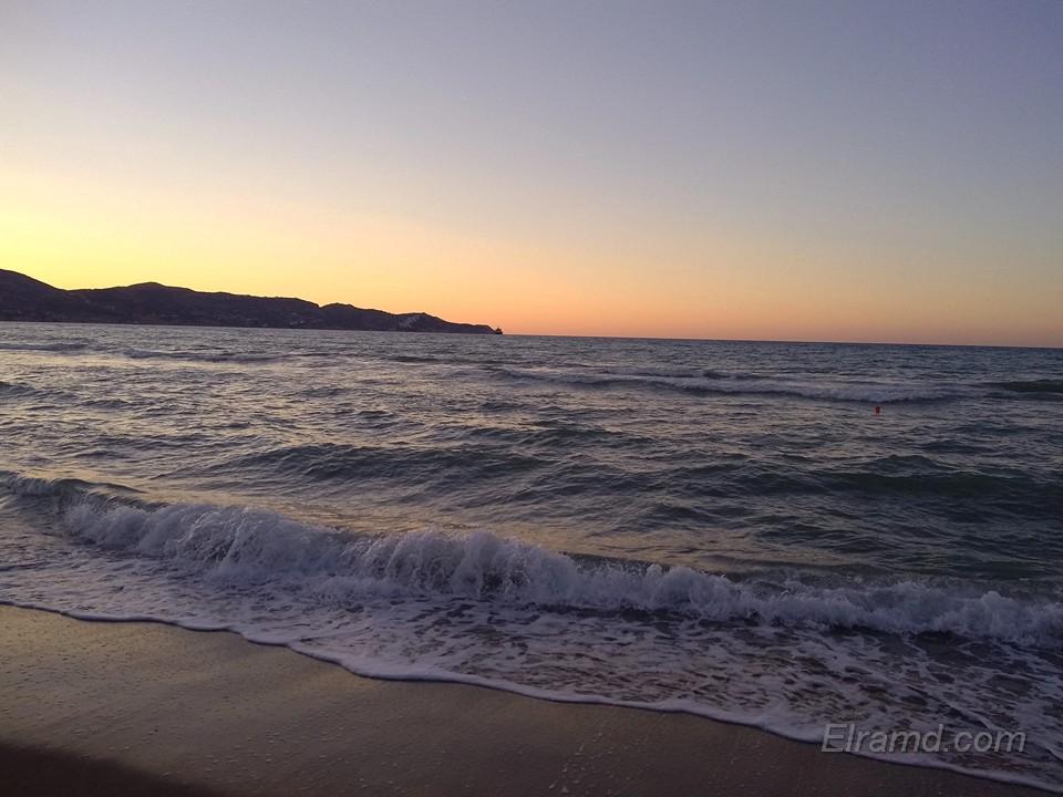 Вечером прогулка у моря