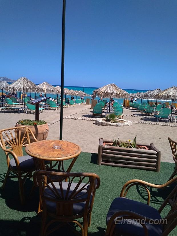 Кафе и лежаки на пляже