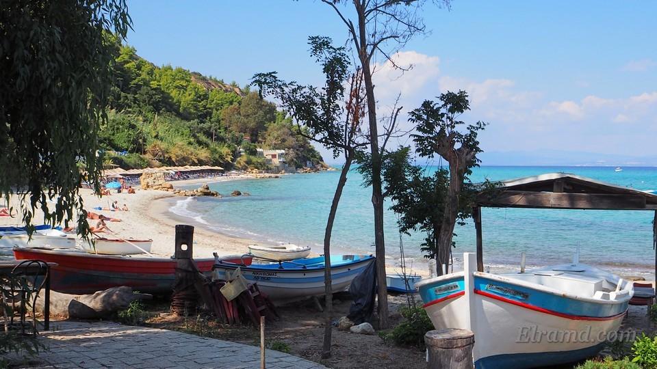 Лодки на пляже Афитоса