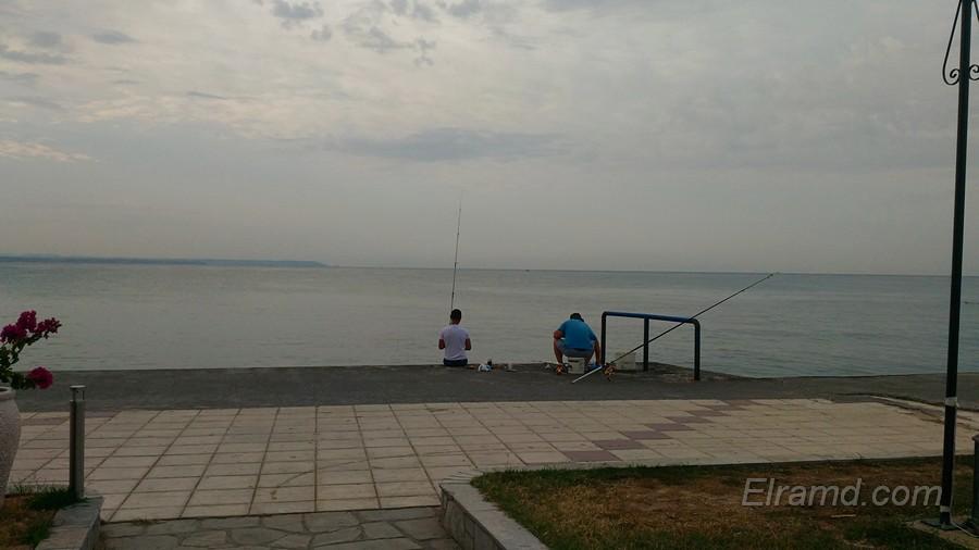 Рыбаки на набережной города
