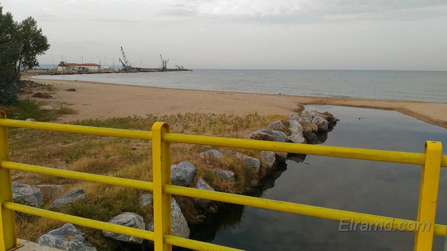 Мостик у пляжа в Неа Муданья