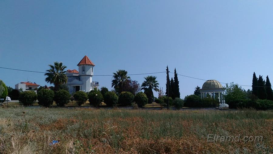 Дом с башенкой на холме