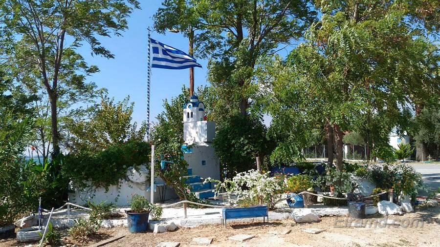 И греческий флаг рядом