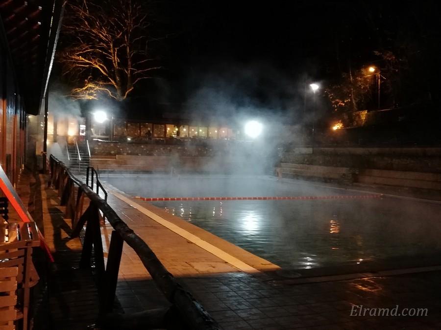 Вечерний свет в кафе над бассейном