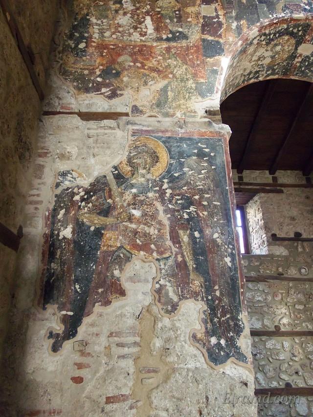Дреание фрески на колоннах храма