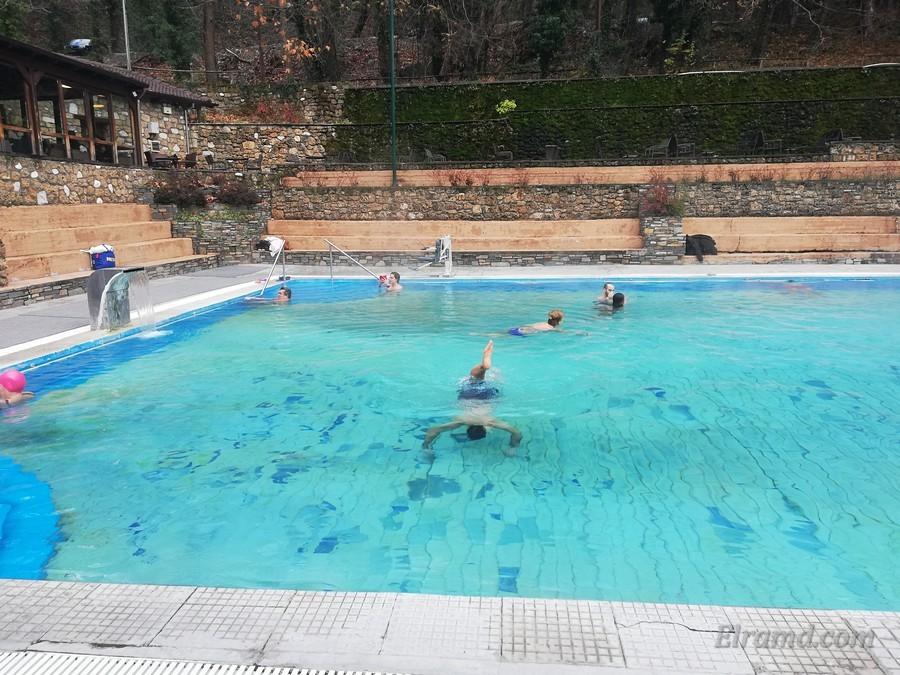 На противоположной стороне бассейна видно приспособление для погружения людей с ограниченными возможностями