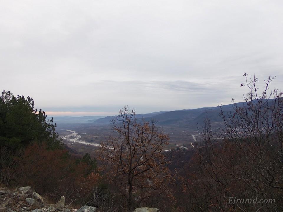 Внизу видно русло реки