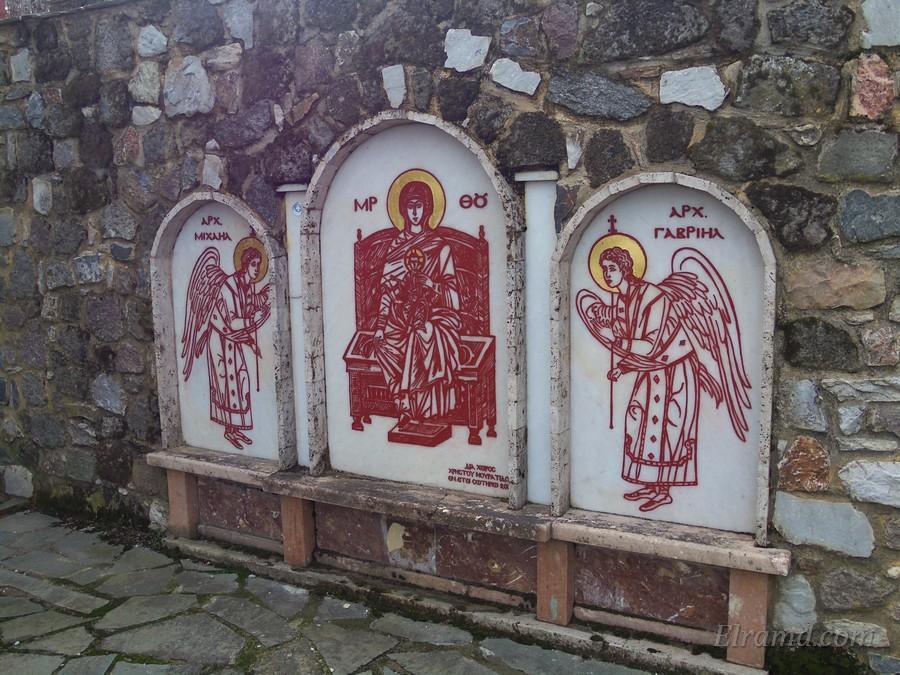 В центре - Богородица, слева - архангел Михаил, справа - Гавриил