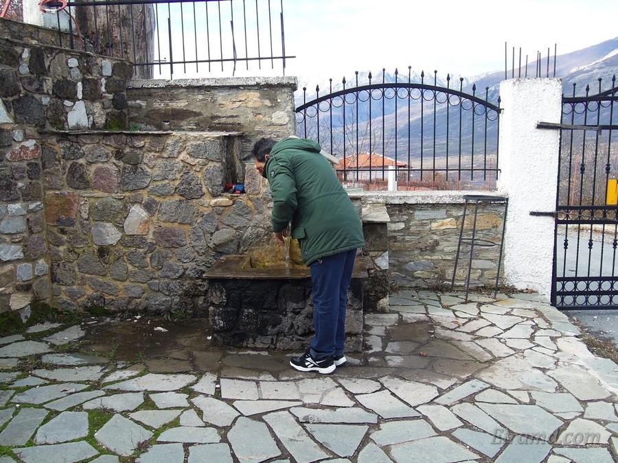 На входе можно напиться чистой горной водички