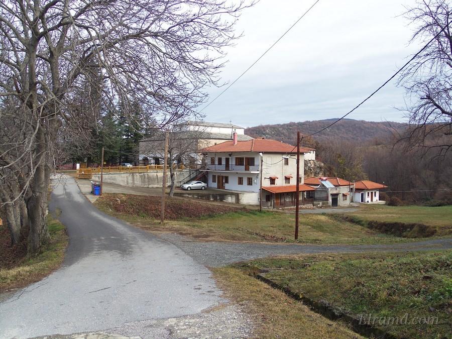 Дорога к храму монастыря