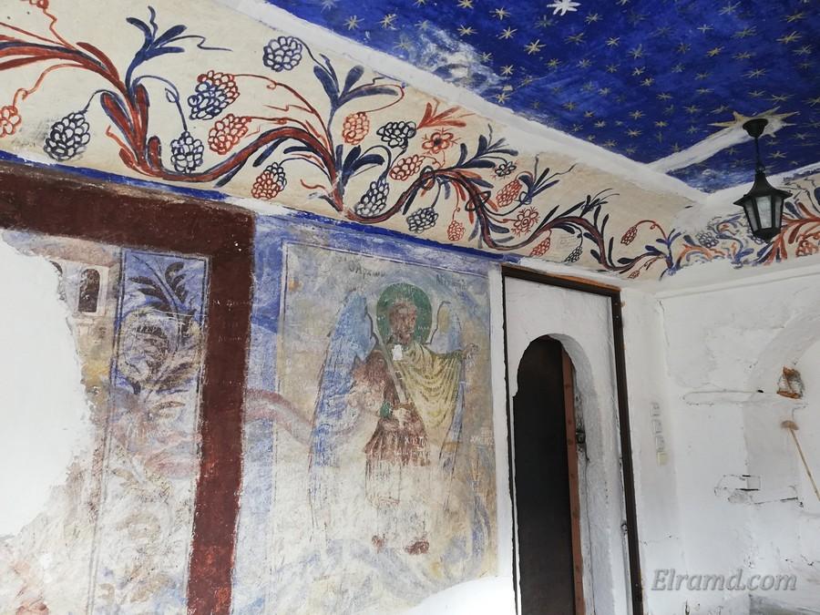 Западная дверь храма