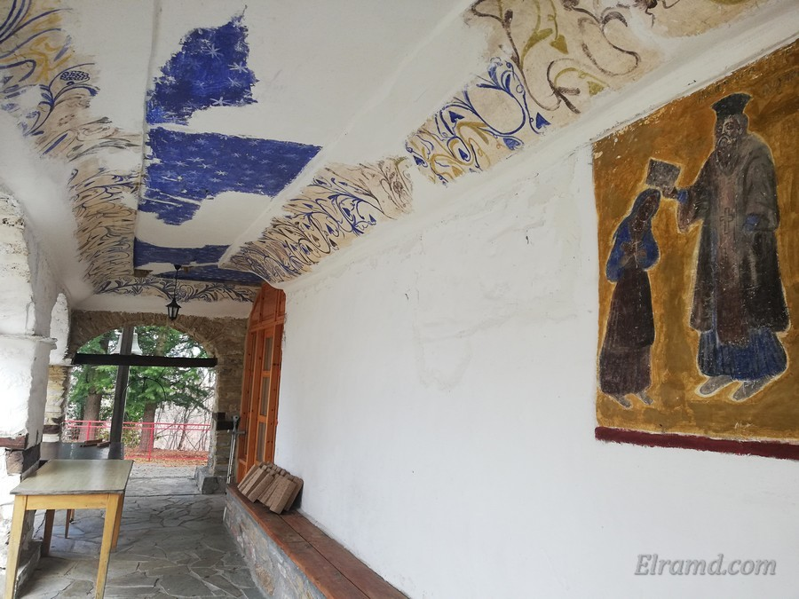 Колоннада с остатками росписи