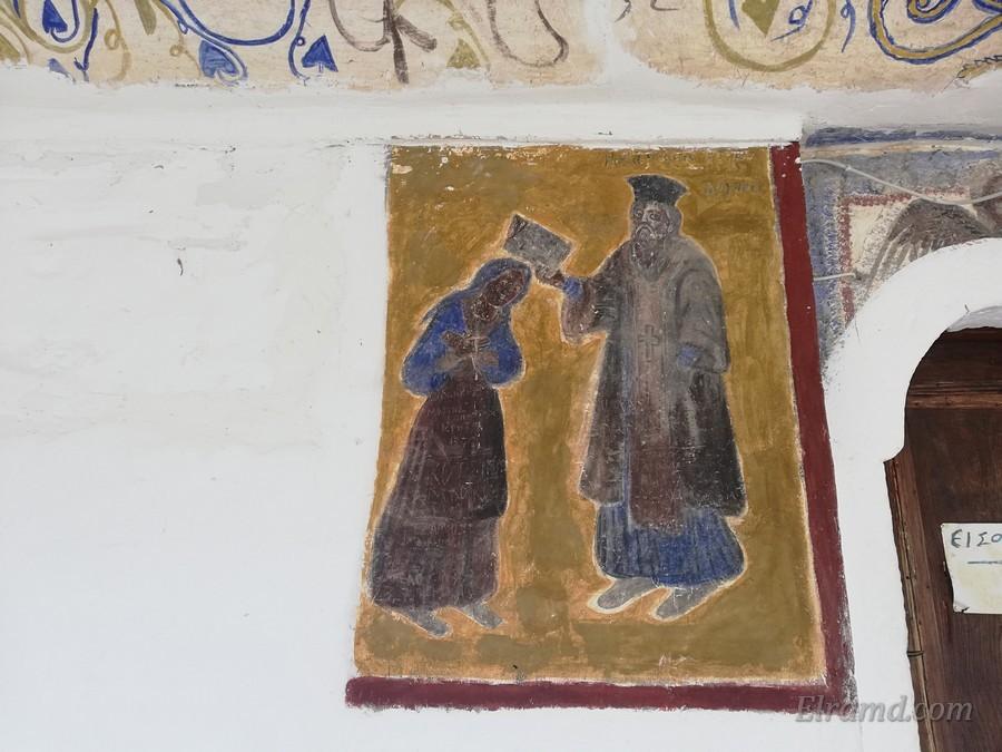 Монах благословляет женщину