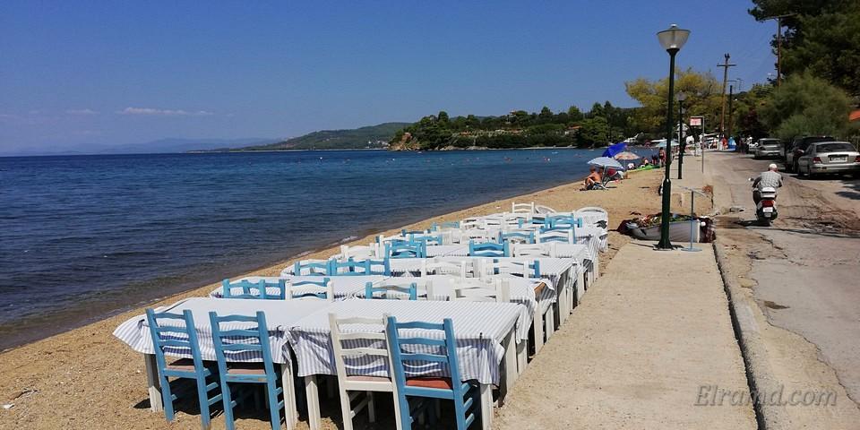 Таверна Simadi: столики прямо на пляже