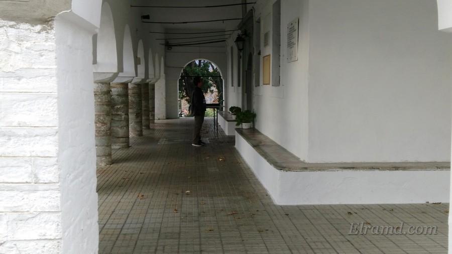 Под сводами галереи монастыря
