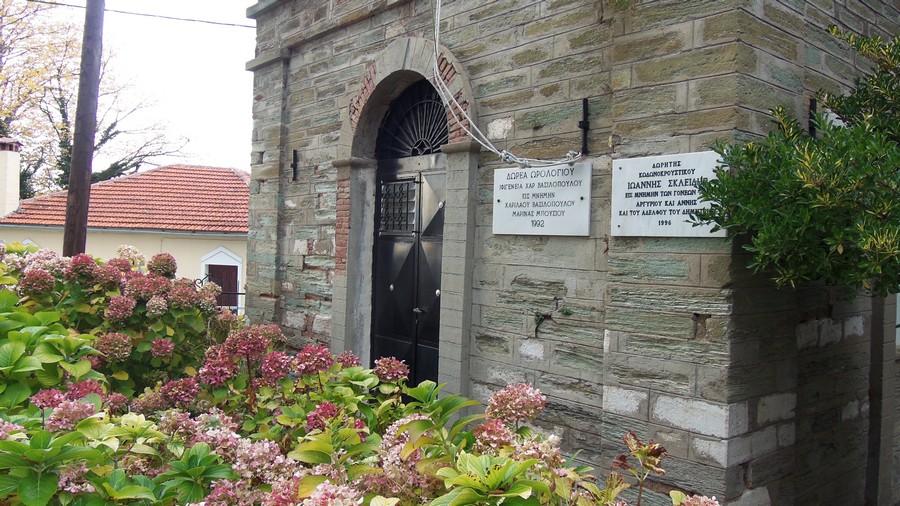 Памятные доски на стене колокольни