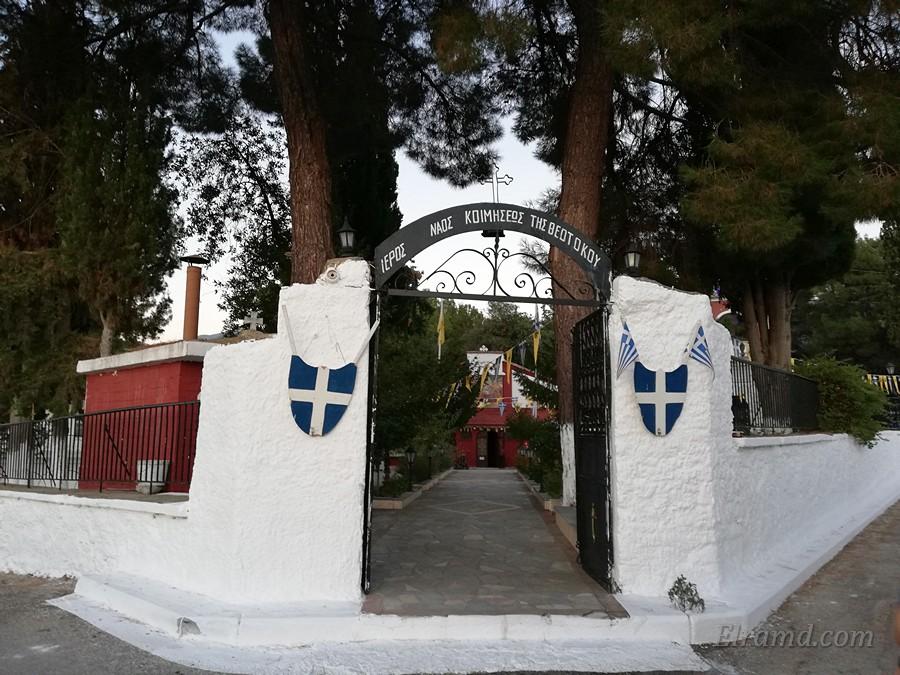 Вход на территорию храма Успения Богородицы