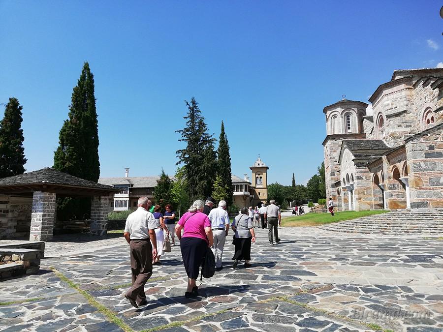 После входа на территорию храма