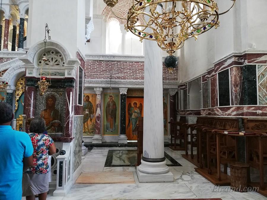 В центральном проходе храма