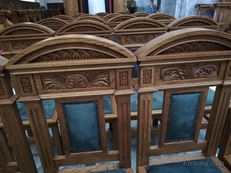 Резные стулья в храме