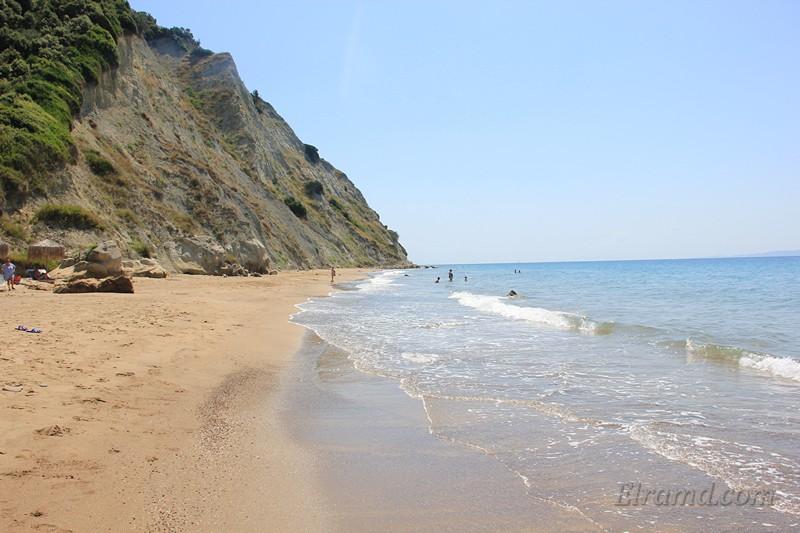 Скалы и песчаный пляж на востоке Корфу