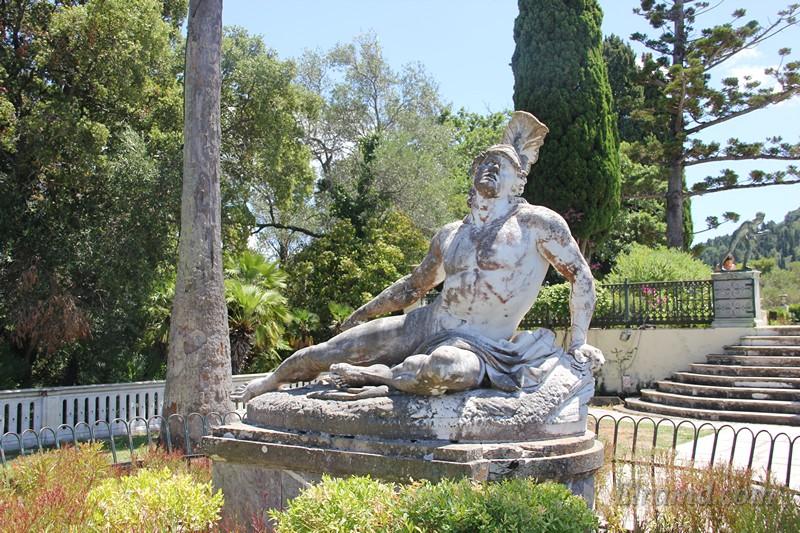 Статуя в парке Ахиллеона