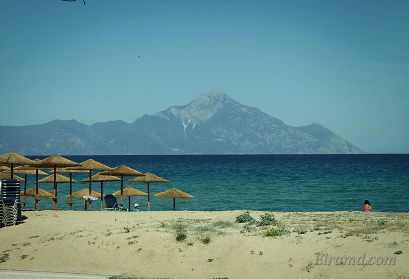 Пляж в Сарти с видом на гору Афон