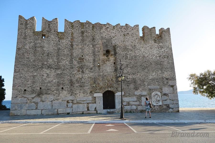 Блоки в стене крепости