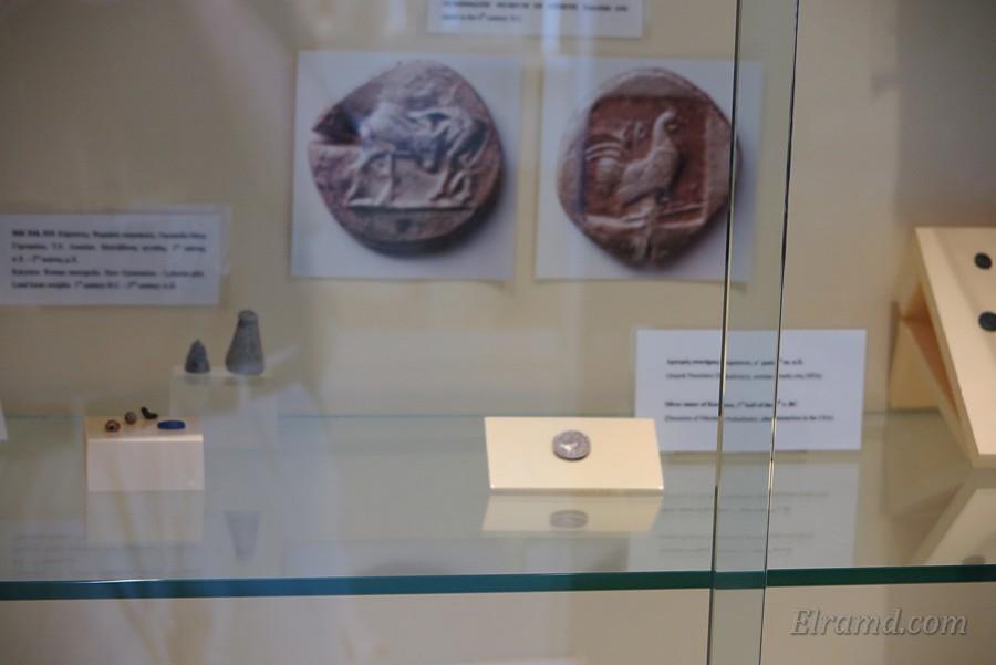Древние монеты в музее Каристоса
